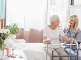 Ældre kvinde sidder i sengen